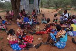 FGM/Cと児童婚の根絶に向けた啓発集会において、コミュニティに衝突を生まないためには、女性が男性家族の協力を得ながら慣習を根絶する大切さについて話し合う女性たち(ケニア)