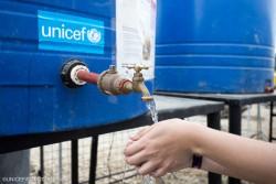 ユニセフが提供した蛇口付き給水タンクの水を利用する避難者。(2016年7月マナビ州)