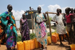 ユニセフが支援する文民保護区内の給水サイトに、安全な水を求めて並ぶ女性たち。