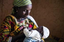 赤ちゃんに授乳する母親(ニジェール)