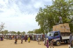ボルノ州マイドゥグリの国内避難民キャンプ内で、ユニセフが配布する支援物資を受け取るために、列をなす避難民の人々。(2015年5月撮影) ※本文との直接の関係はありません。
