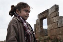 紛争によって避難を強いられたシリアの女の子。