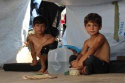 紛争により家を追われ仮設テントでの生活を余儀なくされた子どもたち。(シリア・アレッポ、2016年8月撮影)