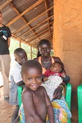 ナニザさんと3人の息子たち。ナニザさんは村の他の母親たちと一緒にコミュニティ栄養集会に参加し、栄養不良について学んでいる。