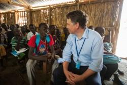 南スーダンのベンティウの小学校を訪問するユニセフ事務局次長ジャスティン・フォーシス(2016年8月撮影)