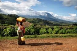 水を運ぶ女性。「家族のために、水が毎日必要です」と語る。(ルワンダ)