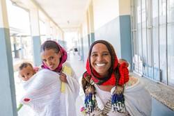 ティグレ州の病院で9カ月の双子ハッセンちゃんとフセインちゃんが予防接種を受けて、喜ぶ母親メルディヤさん(23歳)と祖母マハラさん(50歳)。