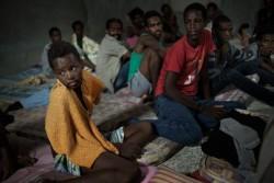 トリポリの拘留施設で休むエリトリア出身の子ども。(2015年5月撮影)