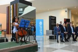 国連本部ロビーに登場したタイムマシーン。式典では国連事務総長らが見守る中、エマーソン・デービスさん(9才)がチェロを演奏。