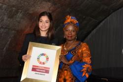 ガール賞を受賞した、シリア出身のユスラ・マルディニさん(18歳)。国際的に著名なシンガー・ソングライターでユニセフ親善大使でもあるアンジェリーク・キジョーと共に。