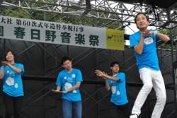 ルー大柴さんと奈良県ユニセフ協会のボランティアがステージでダンスのお手本を踊ります