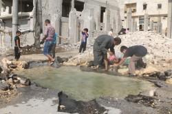 アレッポ東部で汚染した水を汲む人々。(2016年8月20日撮影)