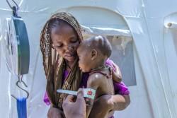 重度の栄養不良のババちゃん(11カ月)は、避難民キャンプのユニセフ保健センターで3週間の治療を受け体重が3.5キロから5キロに回復した。(ナイジェリア・ボルノ州 2016年8月撮影)