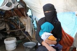サヌア郊外の避難民キャンプの仮設テントの前に座る母娘。(2016年8月撮影)※本文との直接の関係はありません。