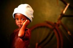 干ばつによる食糧不足の影響を受け、重度の急性栄養不良に陥り、ユニセフが支援する栄養治療センターで治療を受けるデザイアちゃん(2歳)。(マラウイ・バラカ州 2016年7月4日撮影)
