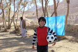 紛争から逃れて避難所で暮らす男の子。ユニセフは子どもにやさしい空間を設置し、子どもたちに社会心理的ケアを支援。(イエメン・サアダ州 2016年3月撮影)
