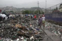 ハイチのポルトープランスでは、ハリケーン・マシューの影響で河川が氾濫。普段、その河川にはごみが捨てられていたため、氾濫によって、道にはごみが溢れている(2016年10月4日撮影)