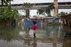 ハリケーン・マシューの影響で洪水が起きた地域で暮らす女の子(ドミニカ共和国の首都サントドミンゴ、2016年10月4日撮影)