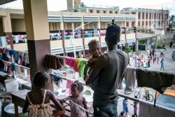 家を失った数百人の人々が一時的に避難しているレカイの高校校舎。ユニセフは校内に水タンクを設置(ハイチ・レカイ 2016年10月9日撮影)