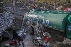 ジェレミー郊外の井戸で水を補給する給水車。これからグランダンス県内の地域やシェルターに水を届ける。