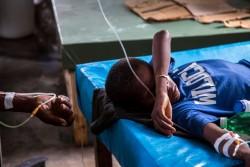 ジェレミーのサン・アントワン病院では下痢やコレラの治療が行われている。病院では検査施設がないため、コレラかどうかの診断は医師や看護師の経験に基づく判断によって決まる。