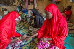 国内避難民キャンプで心のケア支援を行う、ボランティアの女の子たち(ナイジェリア・ボルノ州)