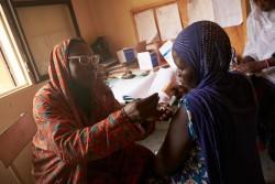 ニジェールの首都ニアメにて破傷風の予防接種を受ける妊婦(2016年2月撮影)