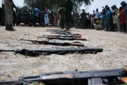 南スーダンで武装グループから解放された子どもたちが手放した武器(2016年10月26日撮影)。