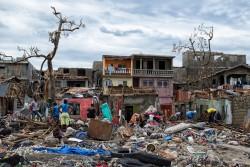 ハリケーン・マシューによって被害を受けた、ハイチのジェレミー市西部では、人々が瓦礫の片づけなどの作業を続けている。(2016年10月6日撮影)