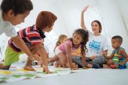 ユニセフが仮設避難所に設置した「子どもにやさしい空間」で遊ぶ子どもたち。(エクアドル・エスメラルダス州2016年9月撮影)