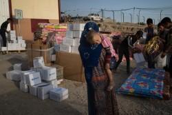 デバガ避難民キャンプで緊急支援物資を受け取る親子。(10月15日撮影)