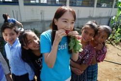バスケス小学校の学校菜園で育ったラディッシュをガブリ。子どもたちが嬉しそうに見守るなか、「とても美味しかった」とアグネス大使。