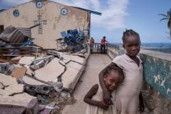 ハイチにて避難先の教会で遊ぶ子どもたち(2016年10月13日撮影)