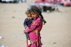 イラク国境近くに到着したばかりの難民の女の子(2016年10月26日撮影)。