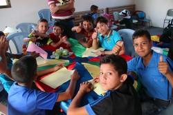 ガザ地区にあるファミリーセンターで、グループ・カウンセリングに参加する子どもたち。