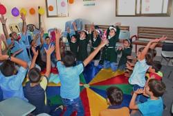 グループ・カウンセリングのアクティビティを楽しむ子どもたち。