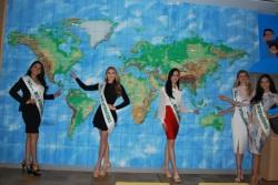 ユニセフハウスの常設展示前で、それぞれの出身国を指さすミスのみなさん。