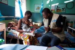 マラウィの病院でユニセフ管理栄養士に看てもらう男の子。