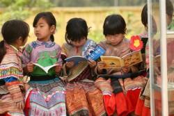 本を読むベトナムの子どもたち。