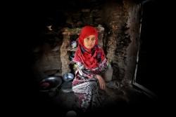 イエメンでの水不足のため村から遠い場所まで水を汲みに行く女の子。