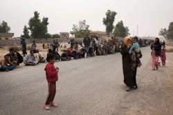 緊急支援物資を受け取るために並ぶ、モスル南部より避難してきた家族(2016年10月24日撮影)