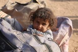 続くモスルの紛争から逃れてきた難民の女の子(2016年10月26日撮影)