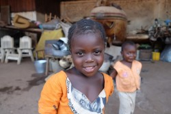 中央アフリカ共和国の首都バンギにあるシェルターの前で微笑む女の子 (本文と直接の関係はありません)(2015年11月撮影)