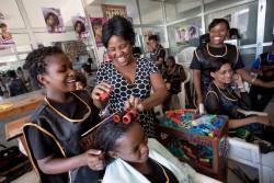 HIVと共に生きるタンザニアの女の子(16歳)。美容師になるための職業訓練学校に通っている。