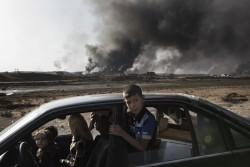 モスル南のケイヤラ検問所に到着したばかりの避難民の家族。
