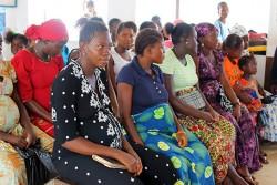 産前学級に参加する妊婦の女性たち。政府による無料の保健ケアイニシアティブによって、5歳未満の子どもと同様、妊婦や母乳育児を行っている女性も、無料で医療サービスを利用できる。