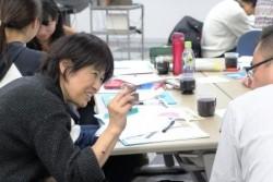 """「トライアンギュレーション」と呼ばれる「傾聴」や指人形や折り紙で作った""""口""""などのモノを通して子どもとのコミュニケーションを取る手法を紹介されたのは、セーブ・ザ・チルドレン・ジャパンの赤坂さん。日本プレイセラピー協会の本田さんと湯野さんは、子どもの回復力を支える""""遊び""""の具体的な例を紹介してくださいました。"""