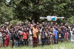 無人飛行機(ドローン)の試験飛行に驚くマラウイの子どもたち。(2016年3月撮影)