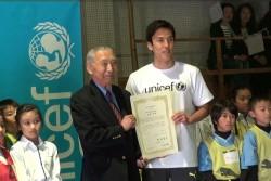 日本ユニセフ協会大使に就任した長谷部選手。サッカー教室に参加してくれた子どもたちにも、「立会人」として任命式に参加していただきました。