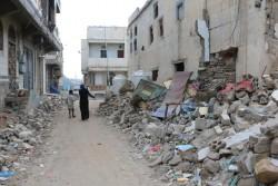 内戦で破壊された町並みを歩くファハドくん(10歳)。ファハドくんと家族は、自宅とすべての所持品を失いました。